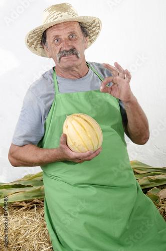 Biobauer mit einer Honigmelone in der Hand