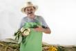 Biobauer hält frisch geernteten Kohlrabi in der Hand