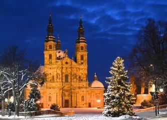 Fuldaer Dom im Winter mit Schnee und Weihnachtsbaum bei Nacht