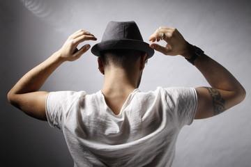 ragazzo girato di spalle con cappello