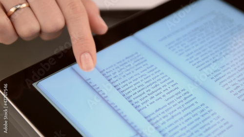 Highlighting text on a touch screen tablet computer