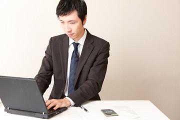 コンピューターで仕事をするビジネスマン