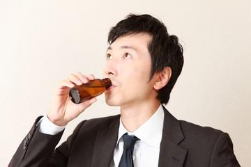 栄養剤を飲むビジネスマン