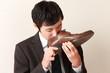 靴の匂いに辟易するビジネスマン