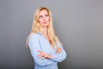 geschäftsfrau überlegt