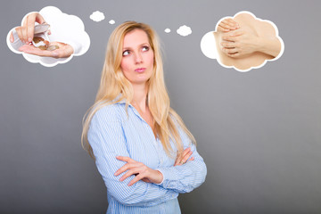 Frau denkt über brust op nach