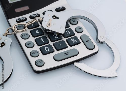 Taschenrechner und Handschellen