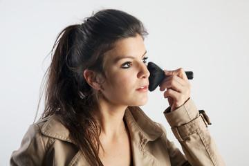 Femme se maquillant