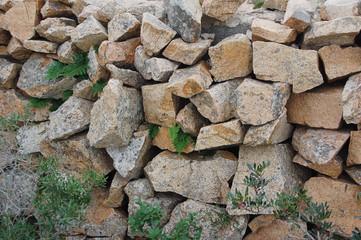 disordinato e cadente muro in pietre