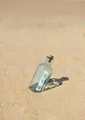 Botella con billete de 100 euros esperando el rescate
