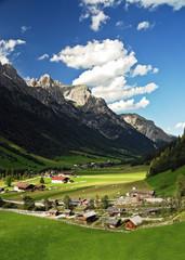 Dorf in einem Gebirgstal in Tirol