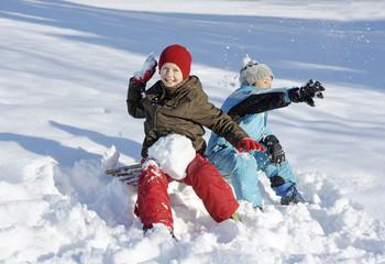 Kinder fahren im Schnee Schlitten
