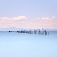 Les cannes à pêche et de l'eau douce sur le paysage marin. Une longue exposition.