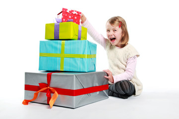 Kind packt Geschenke aus