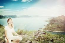 Mooi meisje mediteren in lotus houding