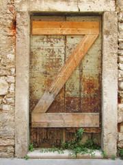 vernagelte alte Eingangstür, wie Buchstabe Z 6