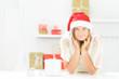attraktive weihnachtsfrau mit geschenken
