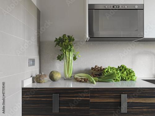 ortaggi freschi sul piano in marmo di una cucina moderna