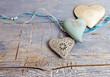 Herzliche Grüße: Drei Herzen auf blauem Holz