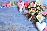 Fototapety Frohe Ostern: Zarte Dekoration mit Herzen, Eiern und Federn