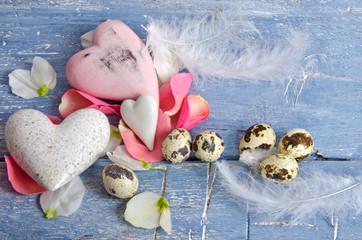 Frohe Ostern: Zarte Dekoration mit Herzen, Eiern und Federn