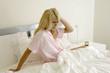 Junge Frau schlaflos im Bett