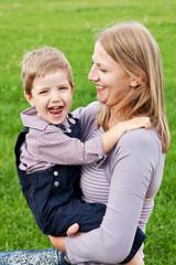 Мама с сыном обнимаются
