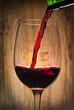 Einschenken von Rotwein in rustikalem Ambiente