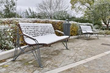 panchina con la neve in un parco