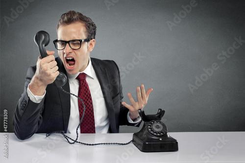 Mann schreiend am Telefon