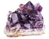 Mineralien: Amethyst vor weißem Hintergrund