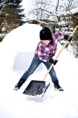 Mädchen beim Schneeschieben