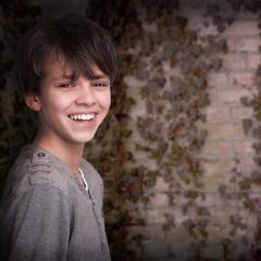 Junge vor einer Mauer