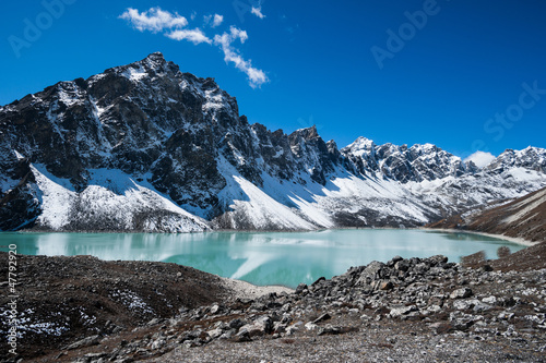 In de dag Nepal Sacred Lake and peaks near Gokyo in Himalayas