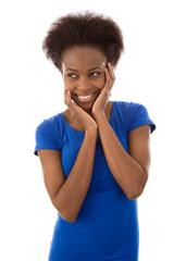 Glückliche junge Afrikanerin isoliert in Blau