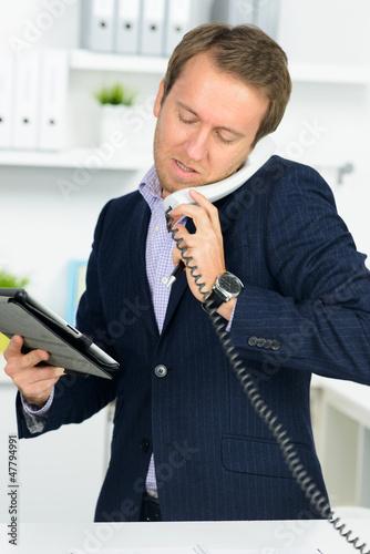 geschäftmann am telefon mit tablet computer