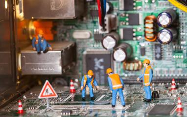 cantiere informatico,miniature al lavoro