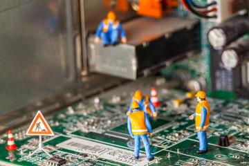 cantiere in miniatura,tecnologia informatica,uomini al lavoro