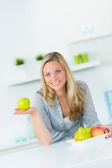 junge frau ernährt sich gesund mit obst