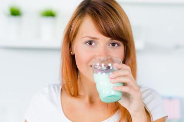 junge frau trinkt milch