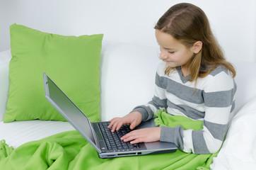 Mädchen ist am Laptop