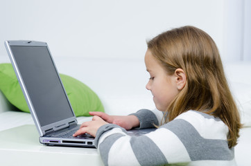 Mädchen sucht etwas im Internet