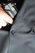 Pistole in einer Anzugstasche