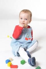Kleines Mädchen isst Kekse