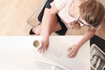 Junge Geschäftsfrau am PC