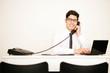 Geschäftsmann im Büro telefoniert