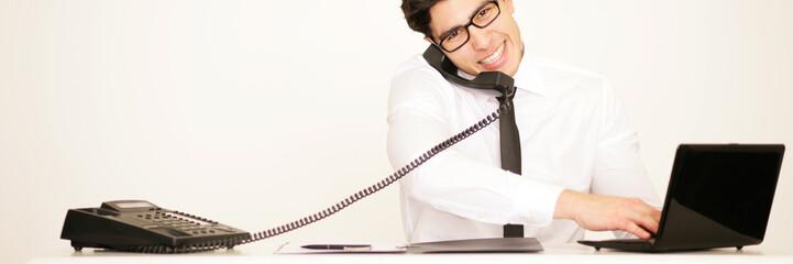 Telefonierender Mann im Büro