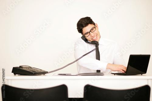 Telefonierender Geschäftsmann im Büro