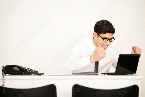 Mann jubelt im Büro
