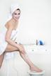 Frau massiert ihre Beine